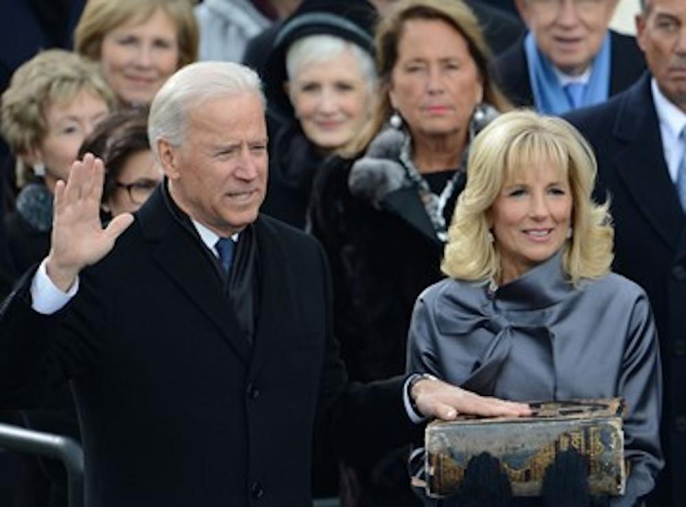 Joe Biden prête serment sur la bible Douay-Rheims, portée par sa femme, docteur Jill Biden, le 21 janvier 2013. • © STAN HONDA / AFP